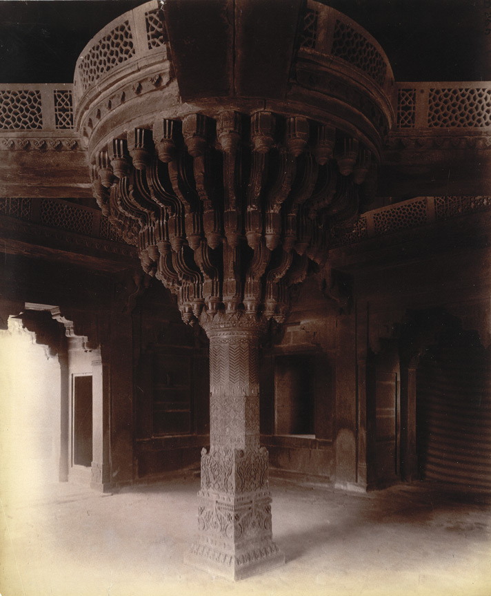Interior of the Diwan-i-Khas, showing the great central column, Fatehpur Sikri 1003555
